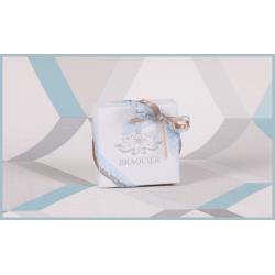 Caritas blanche, ruban or et ruban bleu ciel
