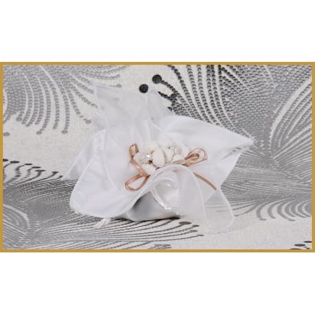 Fleurs écrues sur tulle blanc