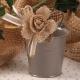 Fleur jute sur seau gris