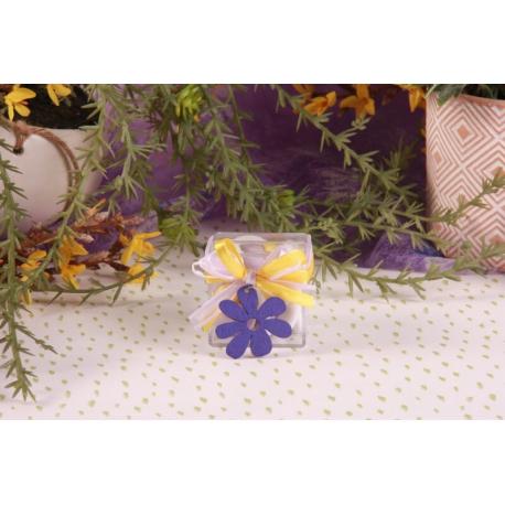 Fleur mauve sur boîte