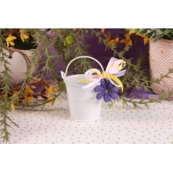 Fleur mauve sur seau blanc