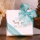 Caritas blanc, ruban turquoise large - Boîtes à dragées - Dragées Braquier