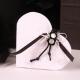 Fleurette noire sur cœur blanc - Boîtes à dragées - Dragées Braquier