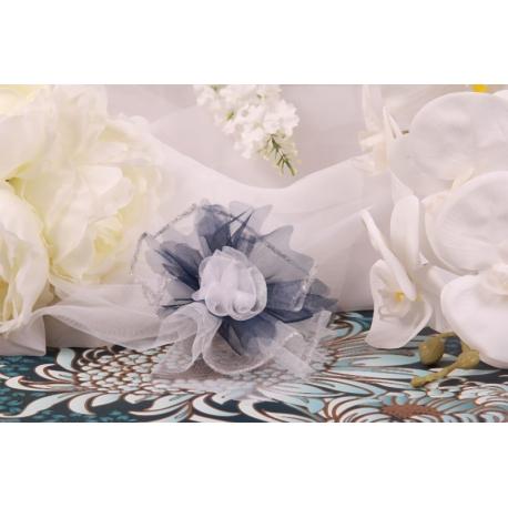 Fleur blanche sur tulle