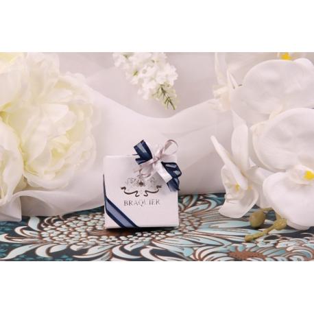 Caritas blanche, ruban bleu et gris