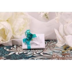 Fleur turquoise sur boîte papillon