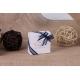 Caritas blanc, ruban bleu marine - Boîtes à dragées - Dragées Braquier