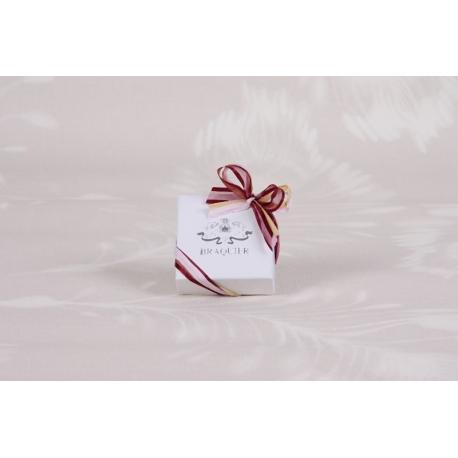 Caritas blanc, ruban bordeaux - Boîtes à dragées - Dragées Braquier